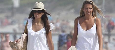 Nuria Fergó pasea por las playas de Mallorca con una amiga