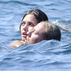Guti y Romina Belluscio bañándose en el Mediterráneo durante sus vacaciones en Ibiza