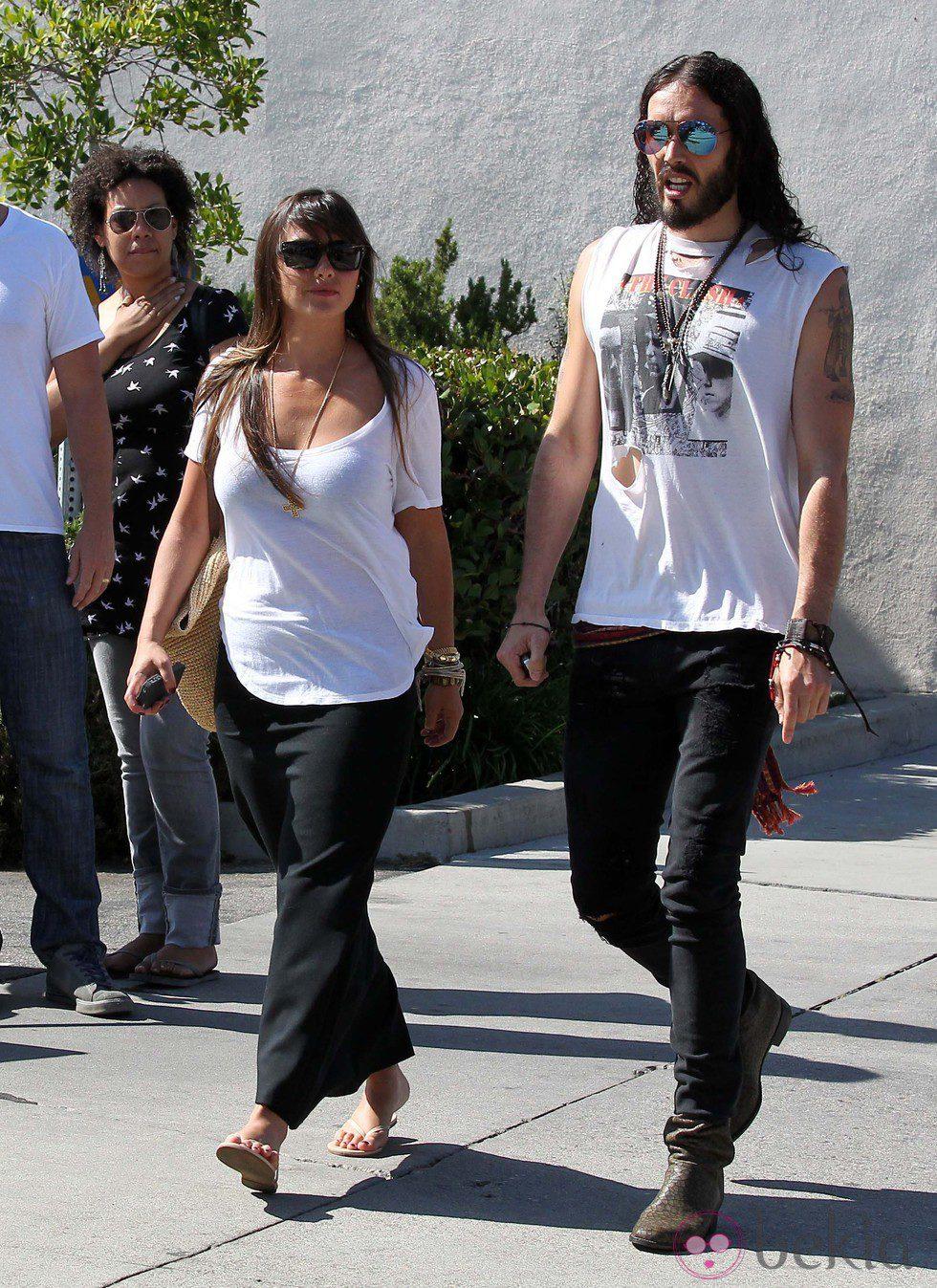 Russell Brand pasea por Los Ángeles con su novia Isabella Brewster