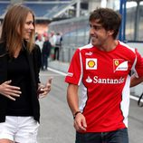 Fernando Alonso y Dasha Kapustina conversando en el Gran Premio de Alemania 2012