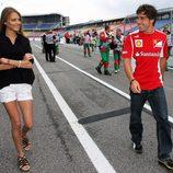 Fernando Alonso y Dasha Kapustina, muy cómplices en el GP de Alemania 2012