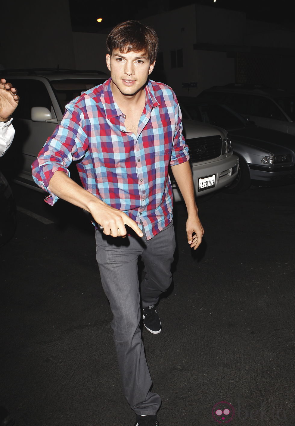 Ashton Kutcher amenaza a los paparazzi tras descubrirle con Mila Kunis