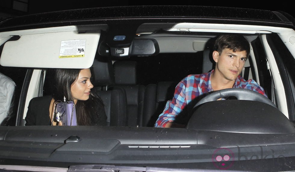 Ashton Kutcher y Mila Kunis juntos en un coche