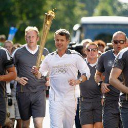 Federico de Dinamarca porta la antorcha olímpica de Londres 2012