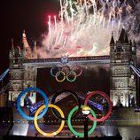 Fuegos artificiales sobre Tower Bridge en la ceremonia de inauguración de los Juegos Olímpicos