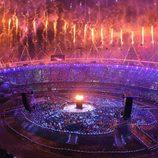 Fuegos artificiales en el estadio olímpico durante la inauguración de los Juegos Olímpicos