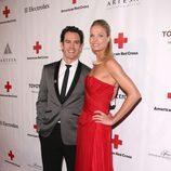 El actor Mark-Paul Gosselaar y su mujer Catriona McGinn