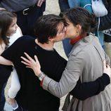 Tom Cruise besa a Katie Holmes mientras sostiene a su hija Suri en brazos