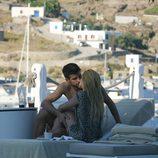 Shakira y Gerard Piqué besándose durante unas vacaciones en Grecia