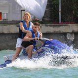 Shakira y Gerard Piqué en moto de agua durante sus vacaciones en Miami