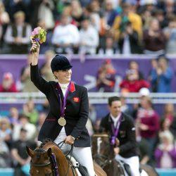Zara Phillips a lomos de High Kingdom con la medalla de plata conseguida en Londres 2012