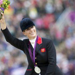 Zara Phillips con la medalla de plata obtenida en Londres 2012