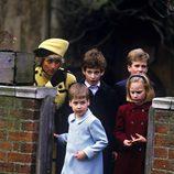 Diana de Gales, el Príncipe Guillermo, Peter y Zara Phillips en 1987