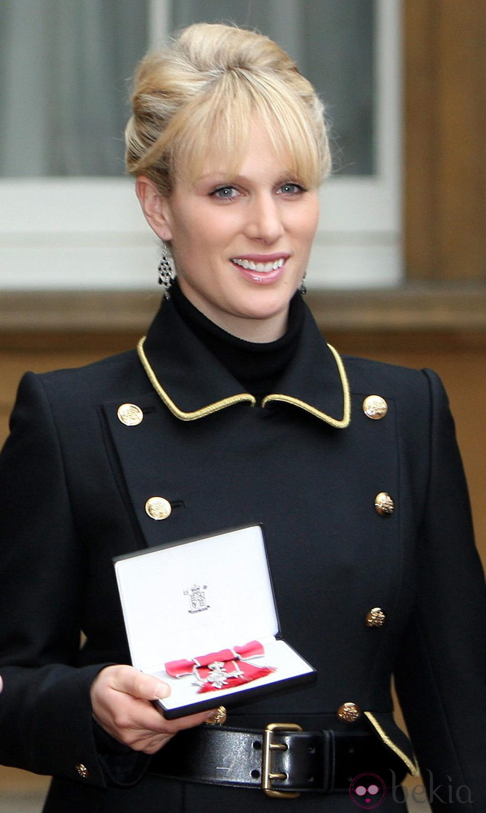 Zara Phillips con la Medalla de la Orden del Imperio Británico