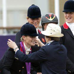 La Princesa Ana impone la medalla de plata a Zara Phillips en Londres 2012