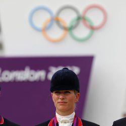 Zara Phillips con la medalla de plata de hípica en Londres 2012