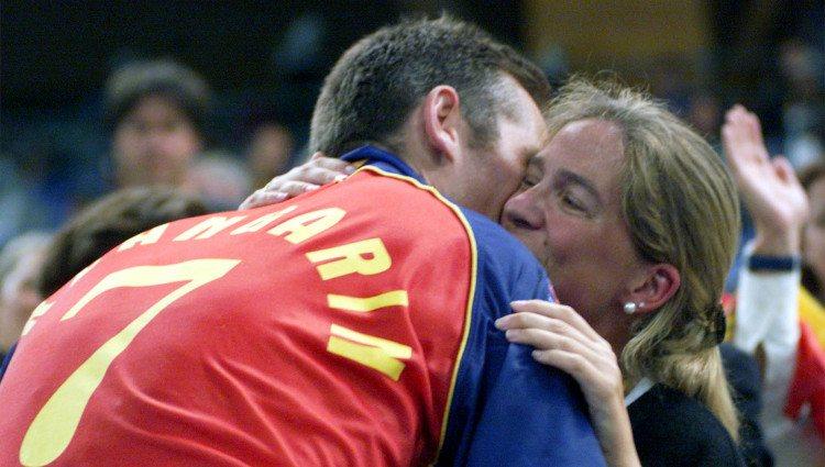Iñaki Urdangarín besa a la Infanta Cristina tras conseguir una medalla de bronce en Sidney 2000