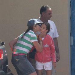 La Infanta Elena besa a su hija Victoria en Mallorca