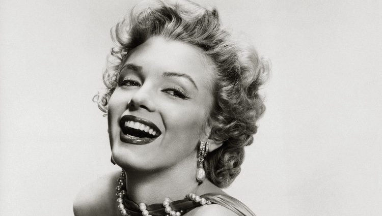 Marylin Monroe posa sonriente en esta imagen en blanco y negro