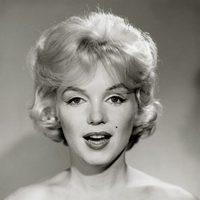Primer plano de Marilyn Monroe, que posa con el pelo corto