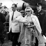 Marilyn Monroe con vestido y gabardina en 1956
