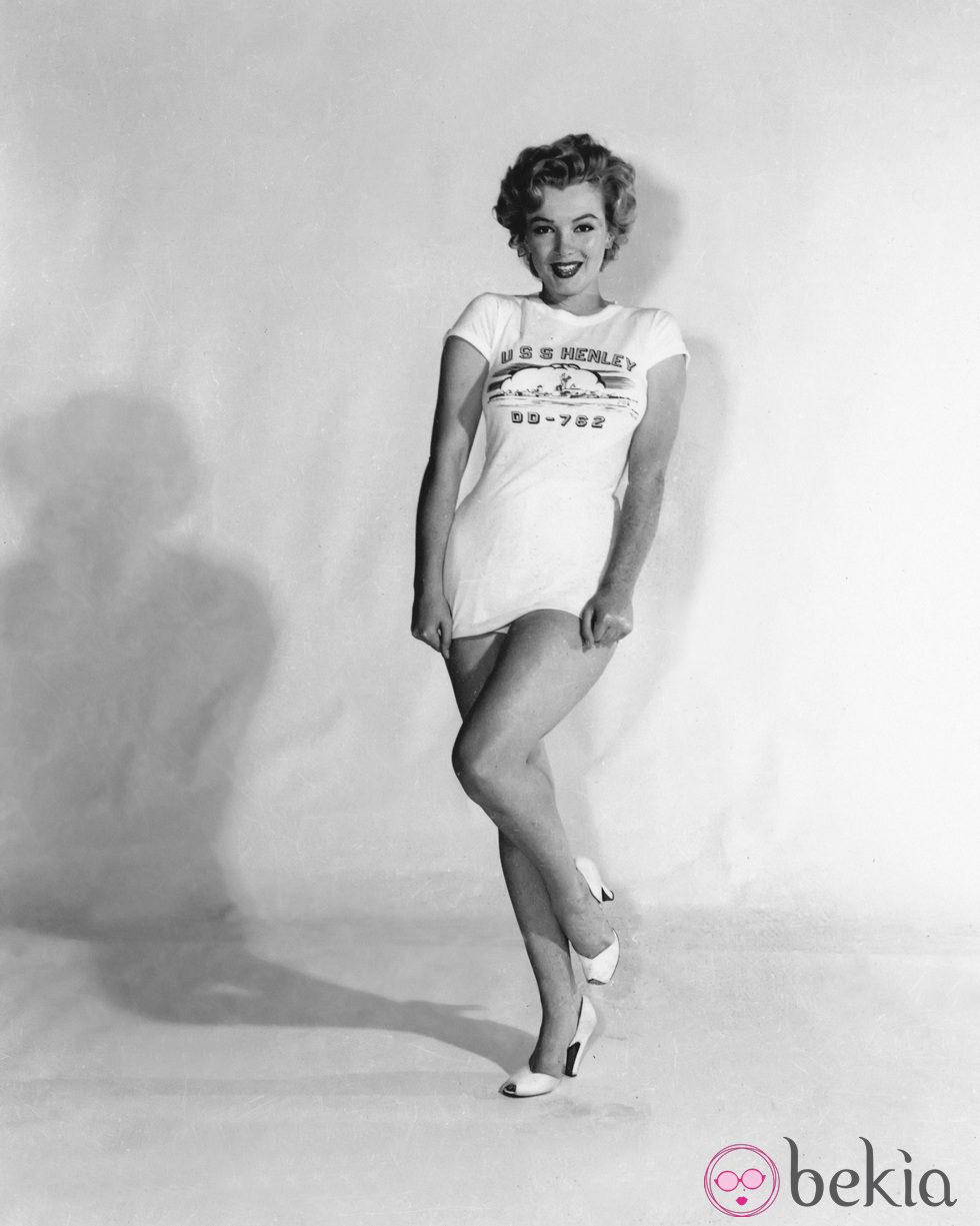 Marilyn Monroe en 1953 con una camiseta con la leyenda 'USS Henley'