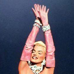 Marilyn Monroe con vestido rosa en la película 'Los hombres las prefieren rubias'