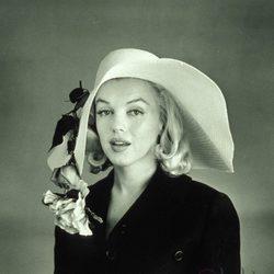 Marilyn Monroe con una pamela con flores