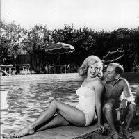 Marilyn Monroe en bañador junto a Arthur Miller