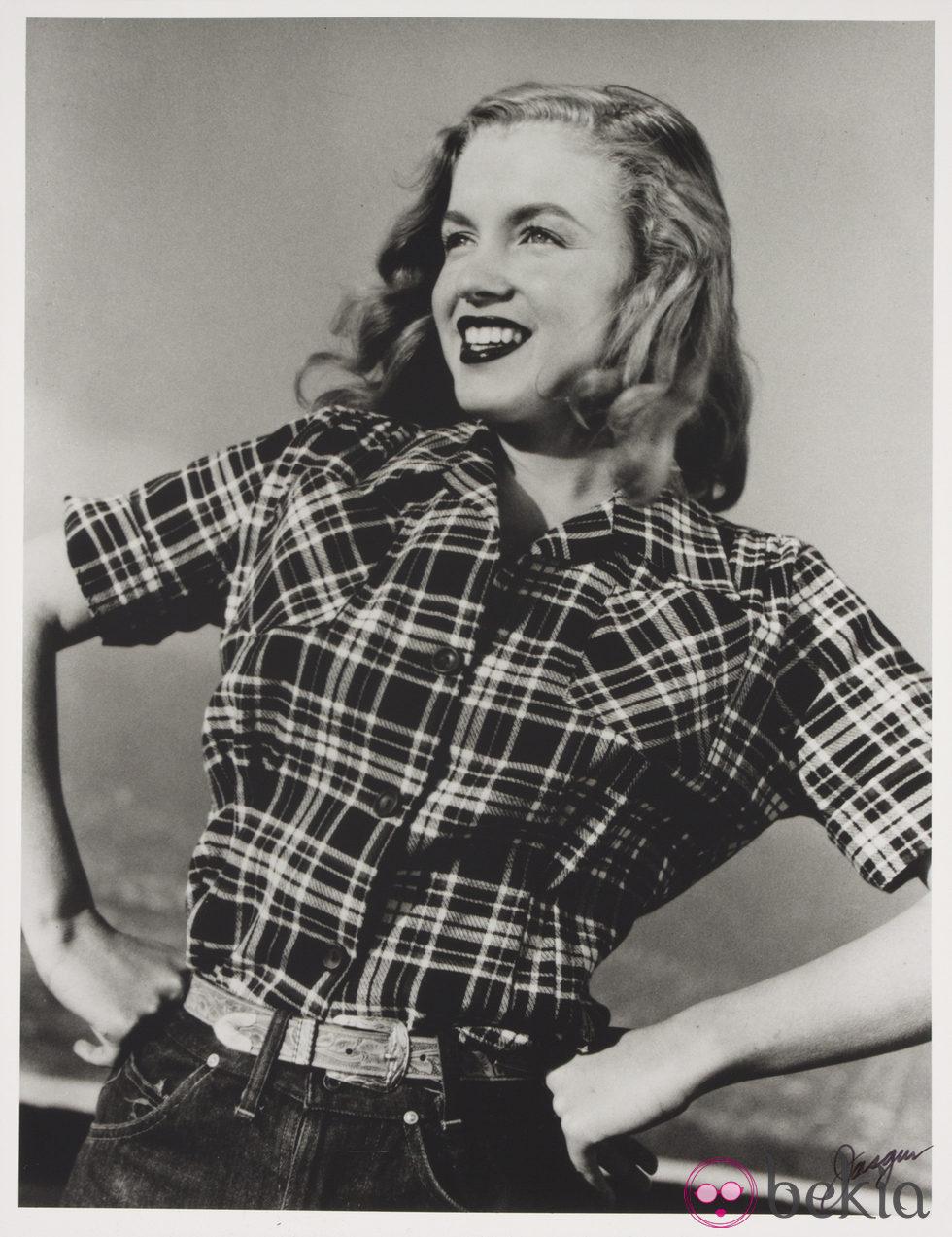 Marilyn Monroe con una camisa de cuadros en 1946