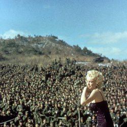 Marilyn Monroe con un vestido color berenjena de lentejuelas en 1954