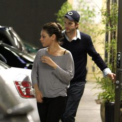 Mila Kunis y Ashton Kutcher en Los Angeles