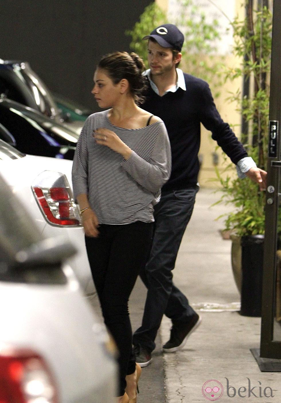 Mila Kunis y Ashton Kutcher en Los Angeles