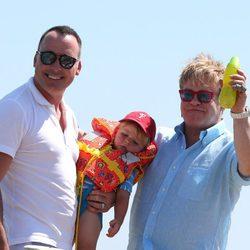 Elton John y David Furnish con su hijo en Saint-Tropez