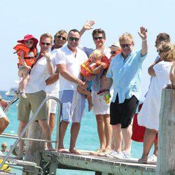 Elton John y David Furnish con su hijo y Neil Patrick Harris y David Burtka con los suyos en Saint-Tropez