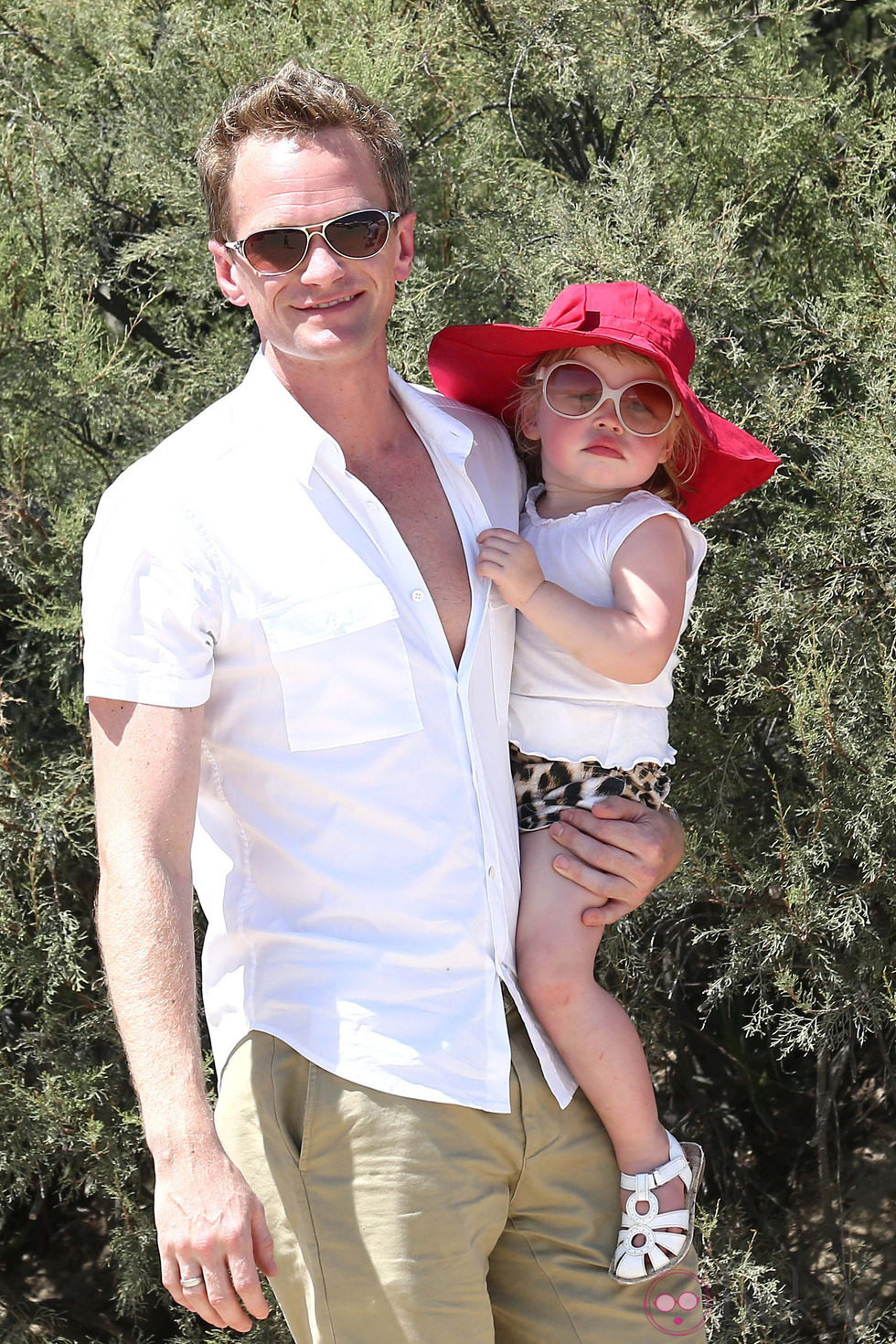 Neil Patrick Harris con su hija Harper Grace en Saint-Tropez