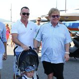 David Furnish y Elton John con su hijo Zachary en Saint-Tropez