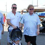 David Furnish y Elton John con su hijo Zachary en Saint-Tropez
