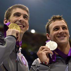 Ryan Lochte y Michael Phelps posan con sus medallas olímpicas