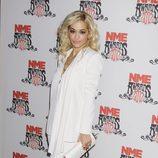 Rita Ora posa ante los medios en los premios NME 2012