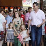 Los Príncipes de Asturias y sus hijas antes de subir al tren de Sóller en Mallorca
