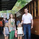 Los Príncipes Felipe y Letizia y las Infantas Leonor y Sofía antes de montar en el tren de Sóller