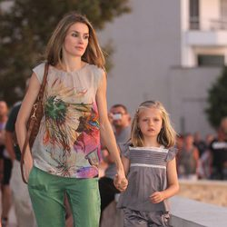 La Princesa Letizia y la Infanta Leonor pasean por Sóller