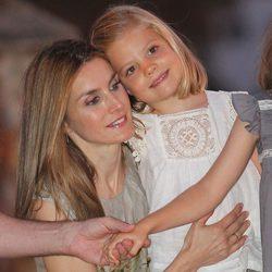 La Princesa Letizia abraza a la Infanta Sofía en Sóller