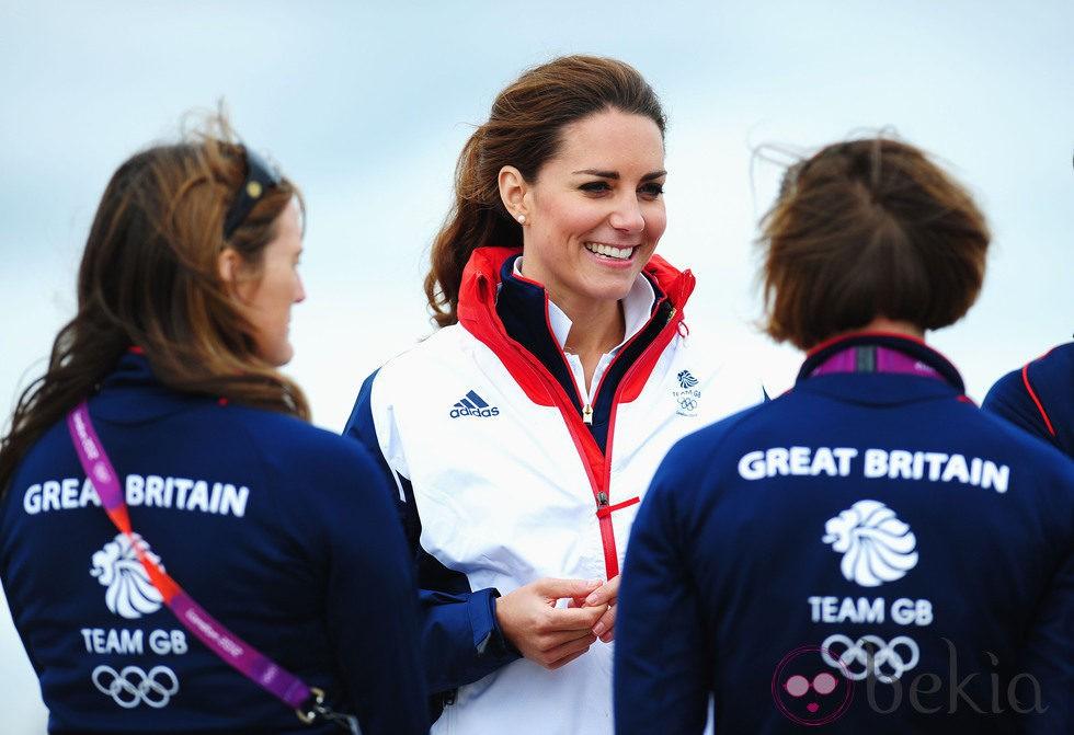 Kate Middleton charla con el equipo británico de vela en Londres 2012