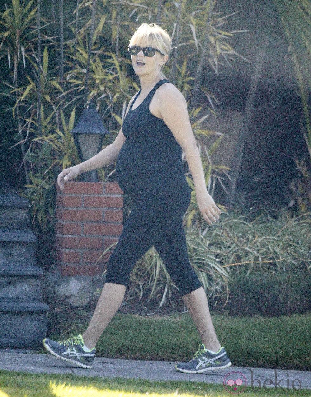 Reese Witherspoon pasea su embarazo mientras practica deporte