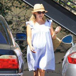 Reese Witherspoon con un look muy premamá