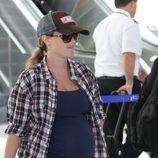 Reese Witherspoon pasea su tercer embarazo por el aeropuerto de Los Ángeles
