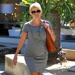 Reese Witherspoon luce embarazo con un ajustado vestido gris