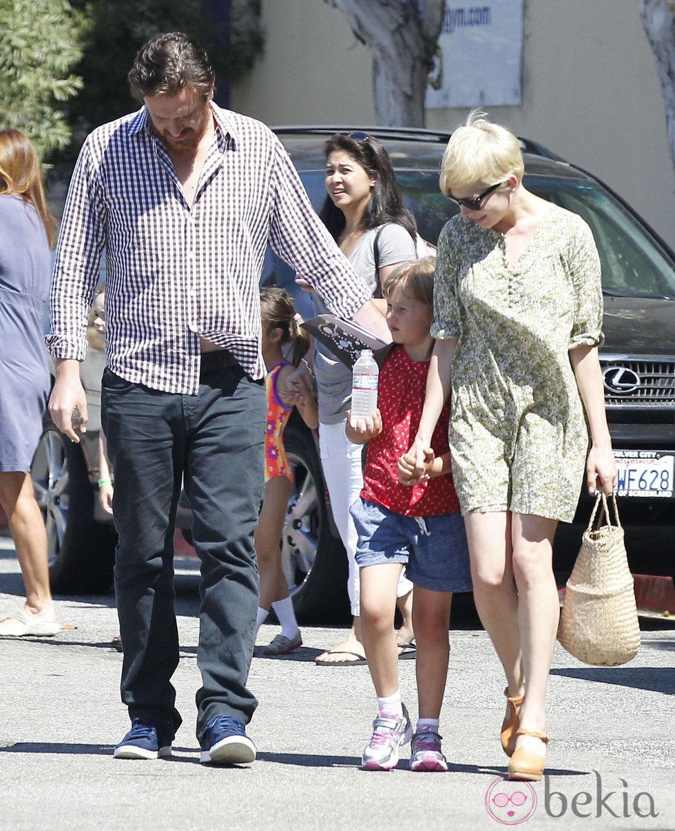 Michelle Williams con su hija y su novio Jason Segel